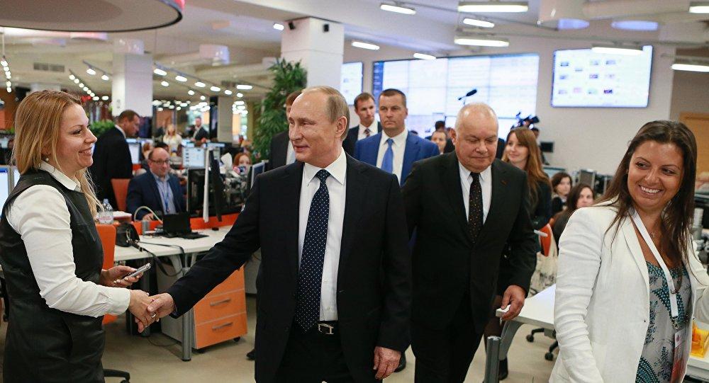 Il presidente russo Putin in visita alla redazione di Sputnik