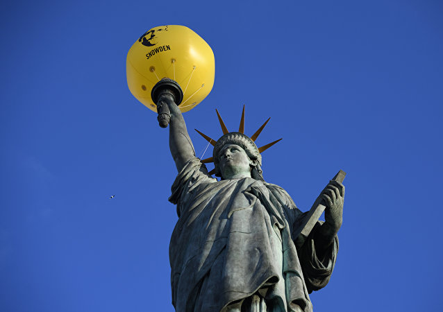 Palloncino con foto di Snowden sulla Statua della Libertà a Parigi