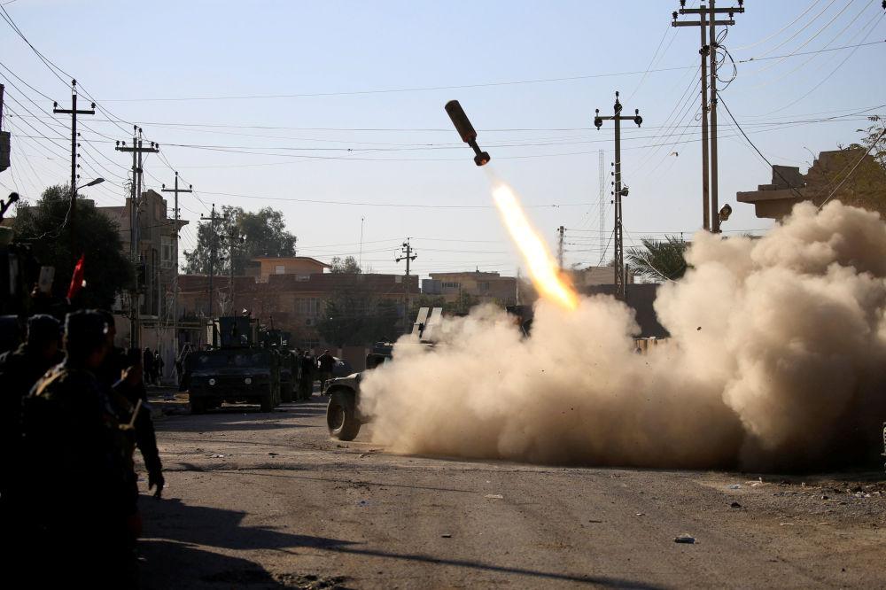Militari iracheni lanciano un missile contro i militanti dello Stato Islamico a Mosul est in Iraq.