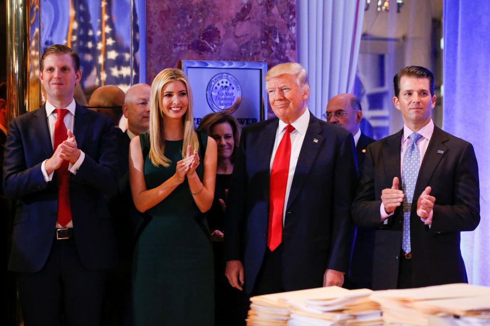 Il presidente eletto Donald Trump con i figli all'inizio della prima conferenza stampa ufficiale a New York.