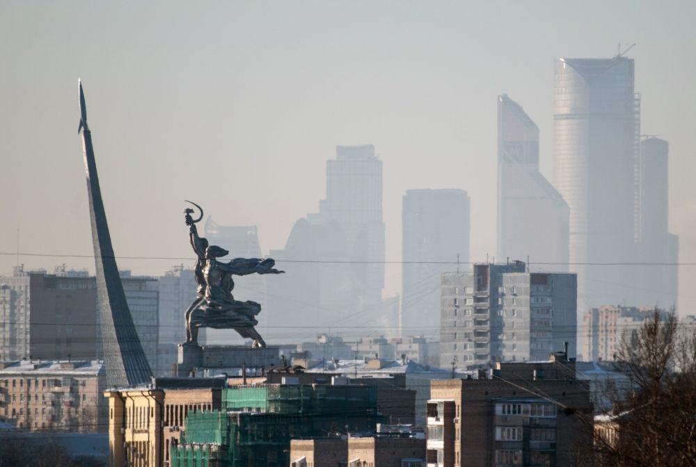 La vista del monumento L'operaio e la kolkhoziana nei pressi del Centro espositivo panrusso sullo sfondo del Centro di affari internazionali di Mosca Moskva-City.