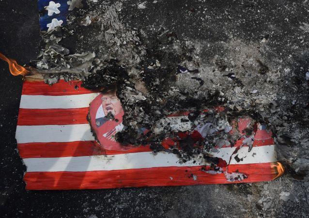 Resti della bandiera americana bruciata presso l'Ambasciata a Manila