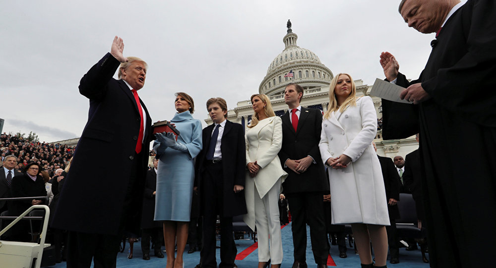 Trump e la sua famiglia durante il giuramento come 45esimo presidente degli USA