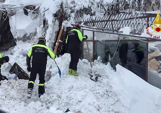 Vigili del fuoco impegnati nelle operazioni di soccorso all'Hotel Rigopiano