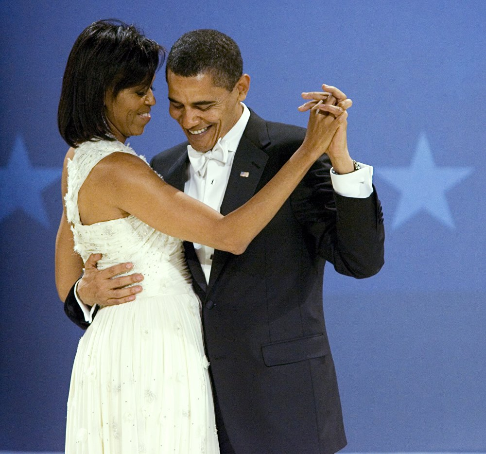 Il presidente Barack Obama balla con la first lady Michelle Obama durante il Midwestern Ball, il 20 gennaio, 2009.