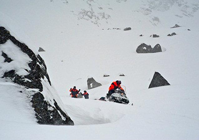 Soccorritori dopo valanga sui monti Khibiny, nel nord della Russia (foto d'archivio)