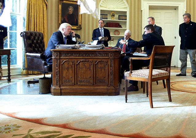 Donald Trump allo Studio Ovale durante la telefonata con Putin