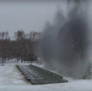 Genio militare russo costruisce ponte galleggiante