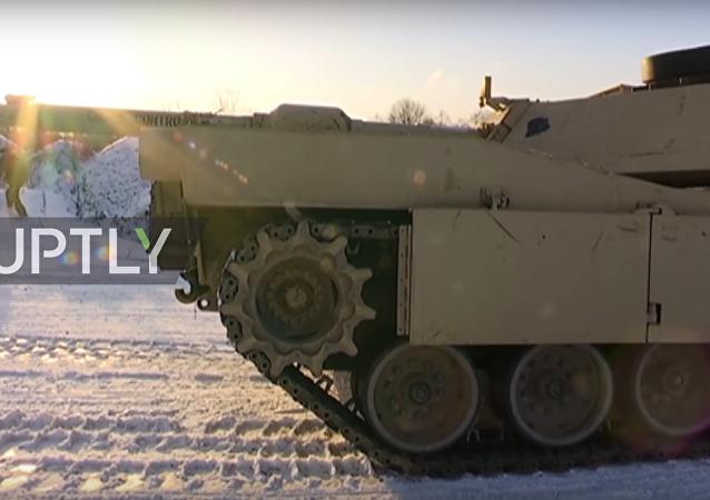 Carri armati e blindati americani sono arrivati alla base militare di Tapa in Estonia
