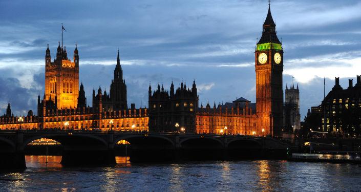 Вид на Вестминстерский дворец и Часовую башню с часами Биг-Бен в Лондоне