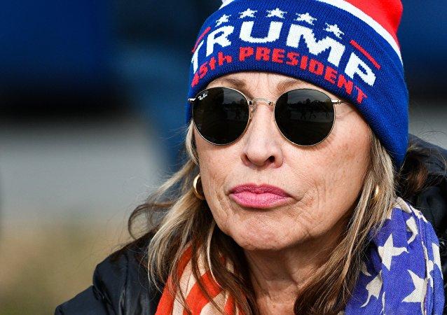 Sostenitrice di Donald Trump durante cerimonia di insediamento alla Casa Bianca