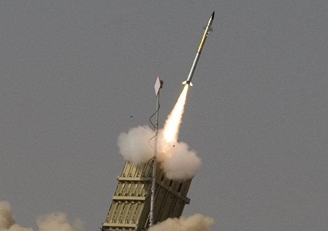 Un razzo in volo dal sistema anti missile israeliano Iron Drome