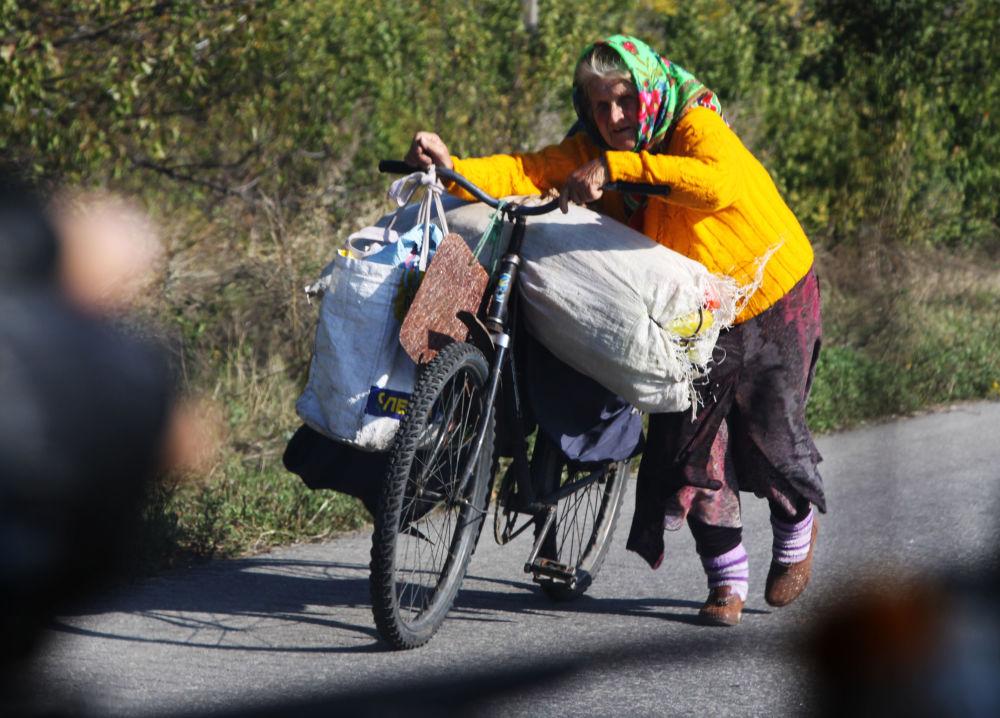 Un'abitante locale porta generi alimentari a Lugansk dalla stanitsa Luganskaya.