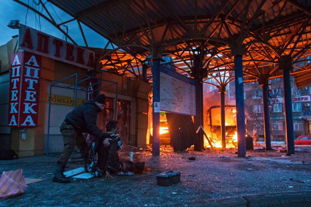 Una vittima del bombardamento di una stazione di autobus a Donetsk.