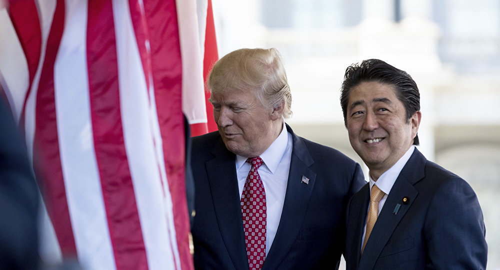 Donald Trump e Shinzo Abe (foto d'archivio)