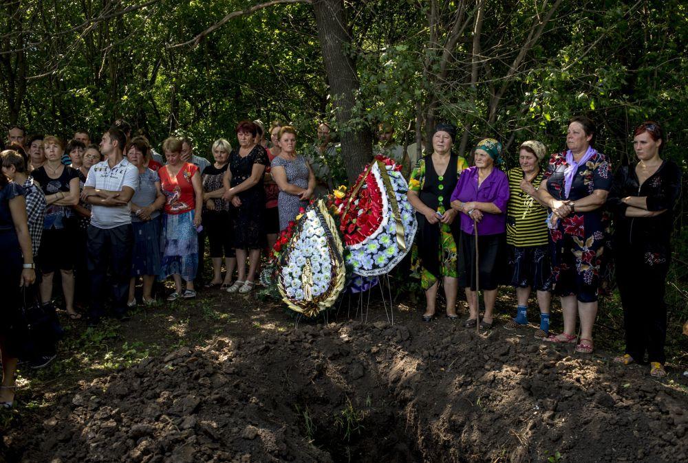 I funerali del miliziano deceduto nel villaggio Cernukhino nella regione di Lugansk.