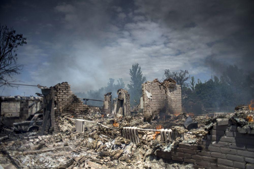 Una casa distrutta durante l'attacco aereo delle Forze armate ucraine nella regione di Lugansk.