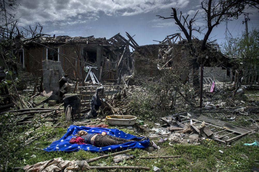 Un corpo della abitante locale nella regione di Lugansk.