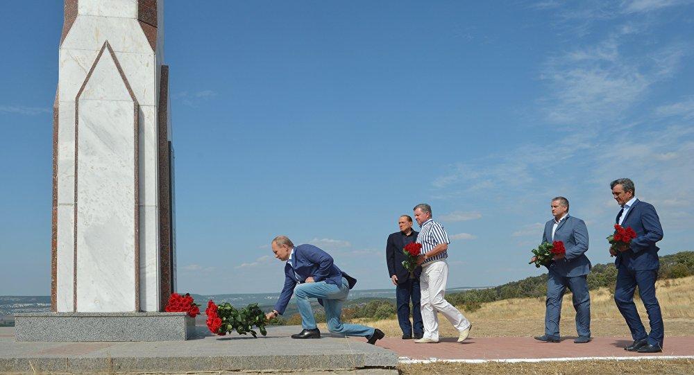 11 settembre 2015, il presidente russo Putin depone un mazzo di fiori ai piedi del monumento in memoria dei soldati italiani caduti nella guerra di Crimea