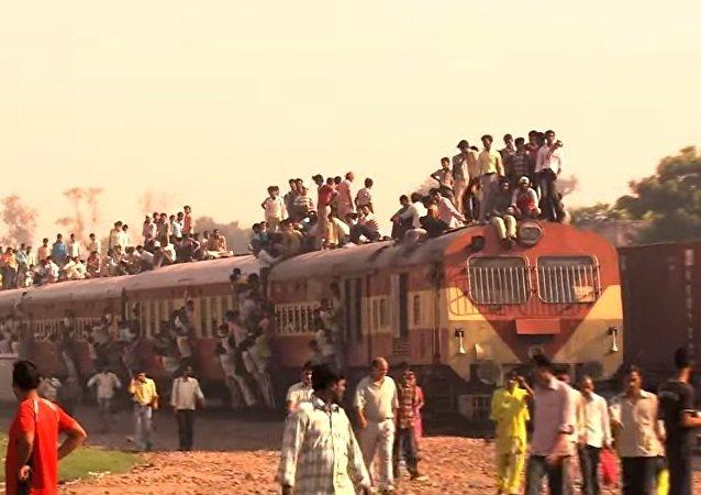 Il vostro regionale del mattino è affollato? guardate cosa succede in India!
