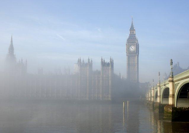 Nebbia sul Tamigi.