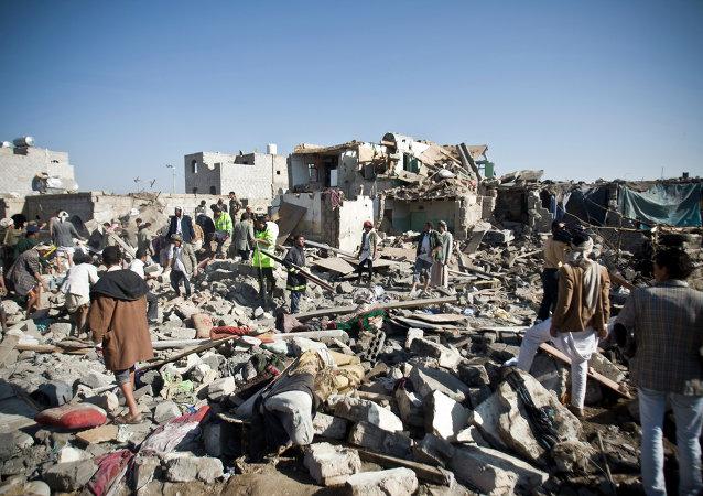 Le case vicino all`aeroporto di Sanaa sono completamente distrutte dalle bombe