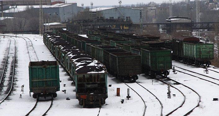 Treni fermi nella stazione di Donetsk per il blocco dei nazionalisti ucraini