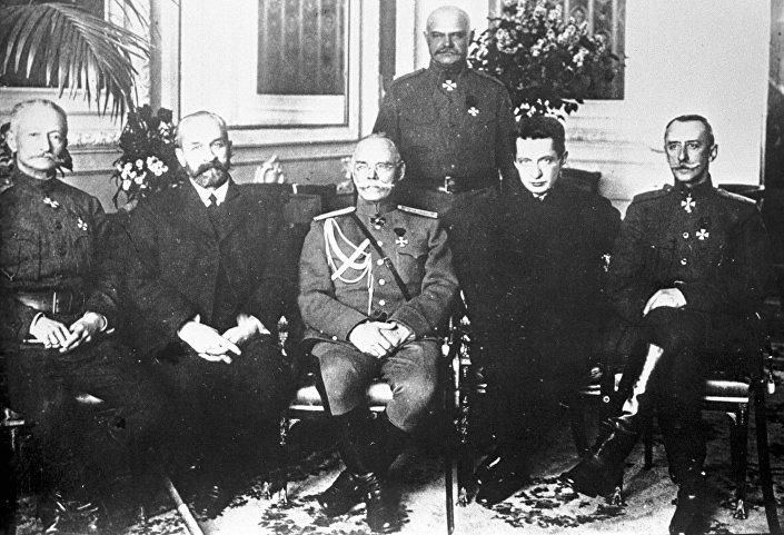 Il capo del Governo Provvisorio Russo Georgij L'vov (secondo da sinistra) e il ministro della guerra Aleksandr Kerenskij (secondo da destra) con un gruppo di ministri. Il giugno del 1917.