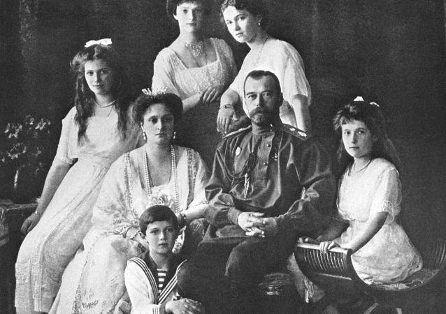 Lo zar Nicola II con la sua famiglia.