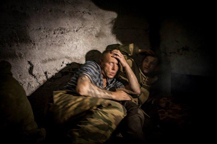 I soldati intrappolati all'interno di un rifugio durante un bombardamento pesante