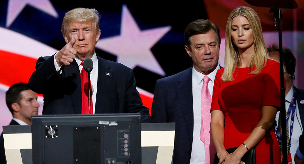 Paul Manafort tra Donald e Ivanka Trump (foto d'archivio)