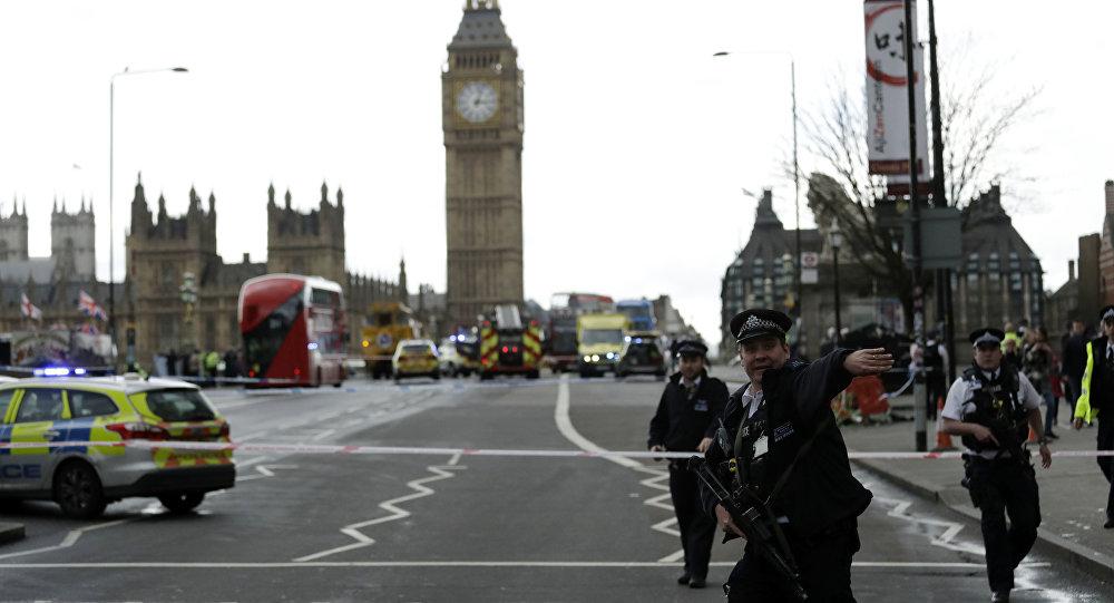 La polizia sul ponte di Westminster a Londra