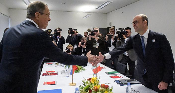 Il ministro degli Esteri italiano Angelino Alfano e il suo omologo russo Sergej Lavrov al G20