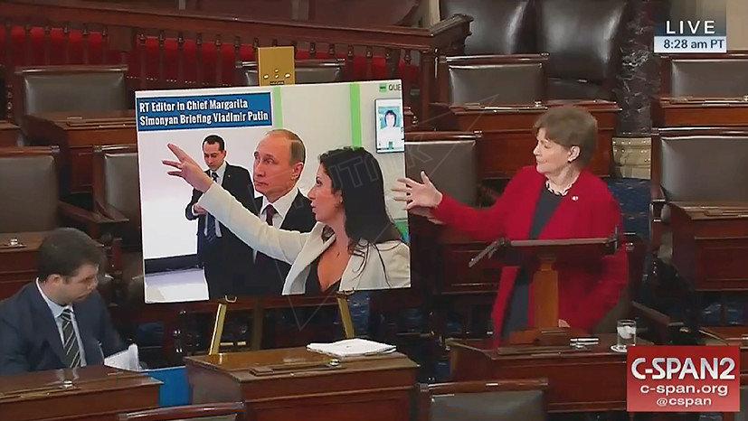 La politica americana Jeanne Shaheen ha portato al senato una foto nella quale sono raffigurati il presidente russo Vladimir Putin e la direttrice del canale televisivo RT Margarita Simonyan.