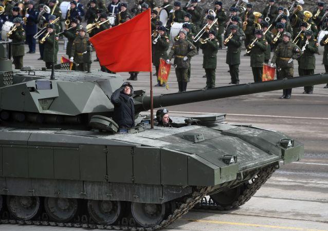 Танк Т-14 Армата механизированной колонны Московского гарнизона во время тренировки к военному параду