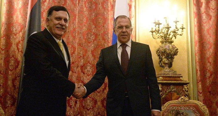 L'incontro del ministro degli Esteri russo Sergey Lavrov con il primo ministro della Libia, Fayez al Serraj.