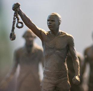 Un modello di un monumento dedicato alla schiavitù