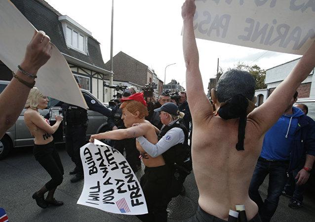 Blitz delle Femen al seggio di Marine Le Pen