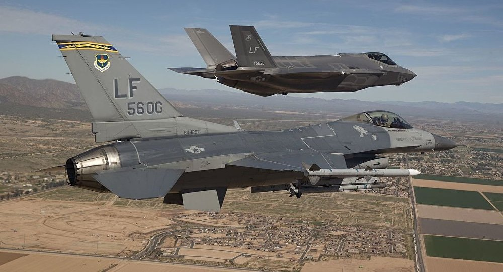 F-16 e F-35 dell'aviazione USA (foto d'archivio)