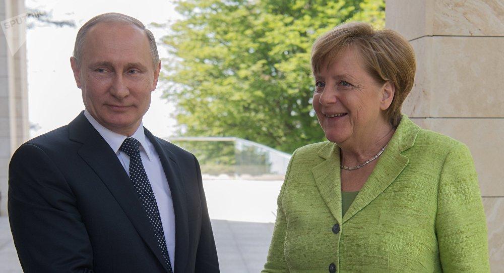 Vladimir Putin e Angela Merkel (foto d'archivio)