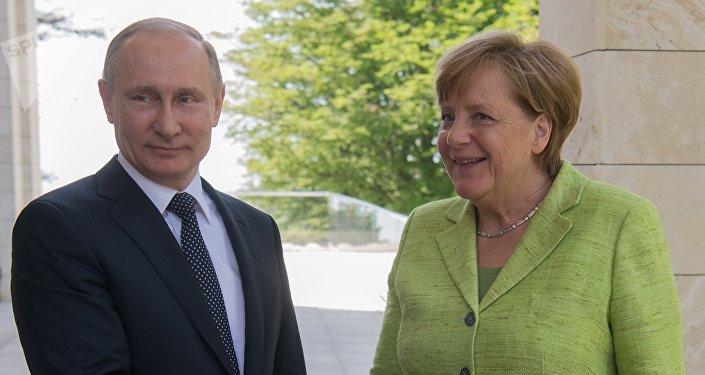 La cancelliera tedesca Angela Merkel incontra il presidente della Federazione Russa Vladimir Putin a Sochi il 2 maggio