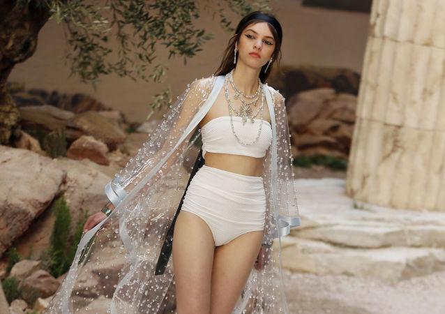 Una modella presenta la collezione di Chanel Cruise a Parigi.