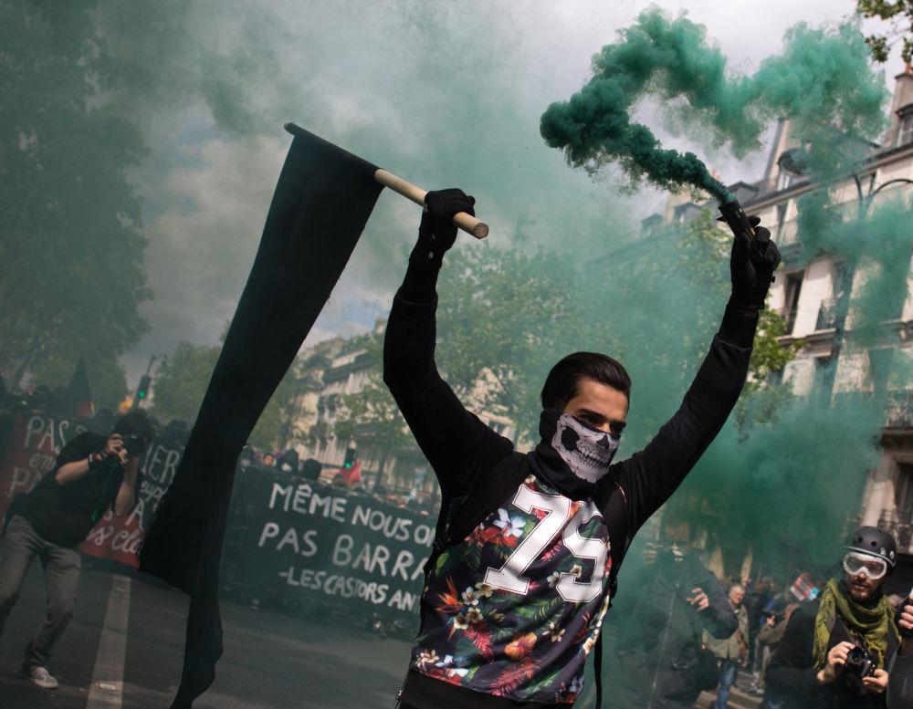 I partecipanti ai disordini durante una manifestazione del primo maggio a Parigi.