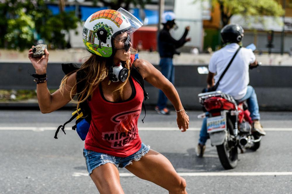 Una partecipante alle manifestazioni antigovernative a Caracas, Venezuela.