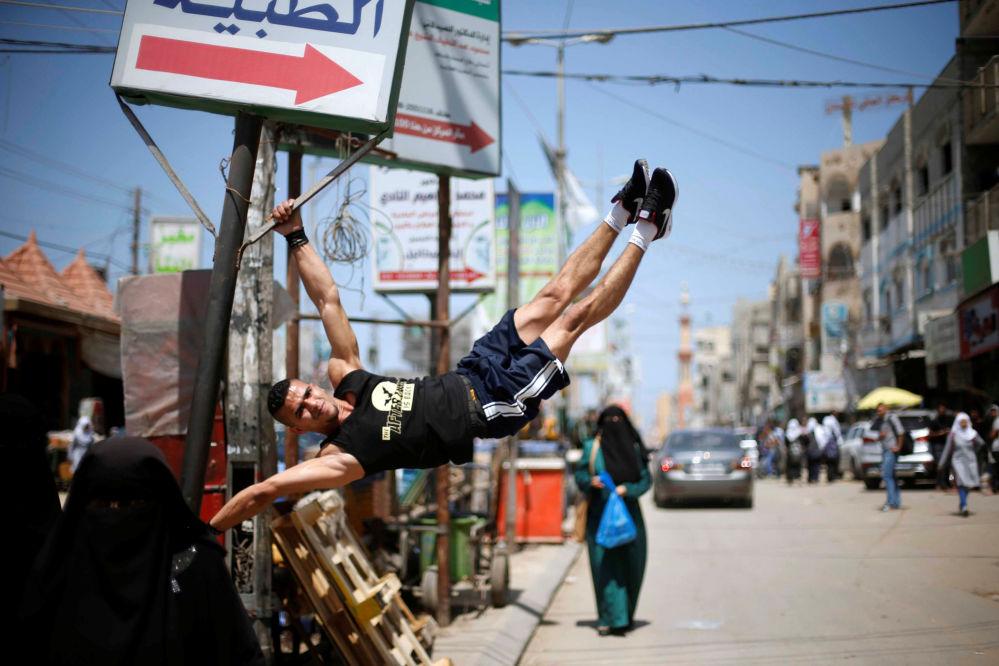 Un palestinese Mohammed al-Hoor pratica sport nelle vie del campo per i rifugiati di Nuseirat, Gaza.