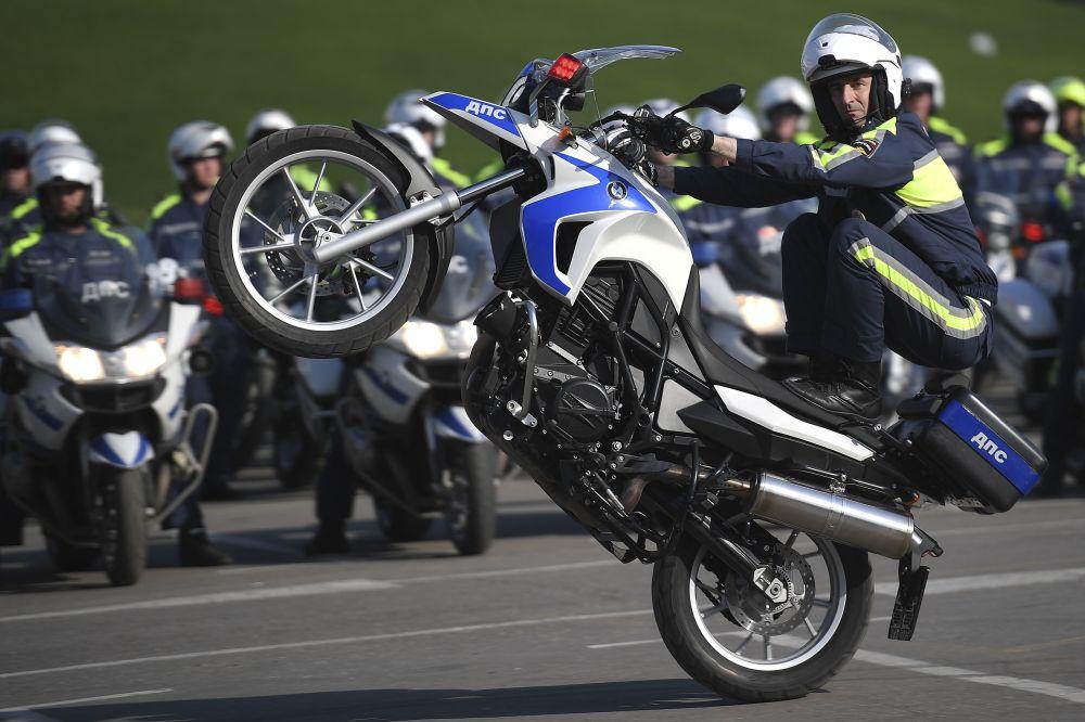 Un poliziotto stradale si prepara per una nuova moto stagione in Russia.