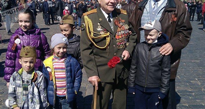 Incontro tra generazioni: un veterano della Grande Guerra Patriottica sulla piazza Rossa