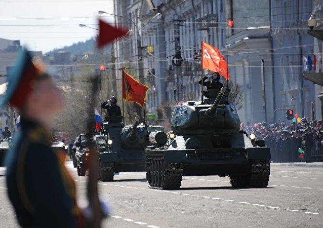 I carri armati T-34-85 durante la 72° Parata della Vittoria