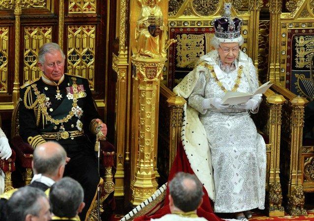 La regina Elisabetta pronuncia il suo discorso alla camera dei Lords.