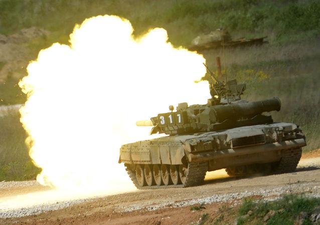 Il carro T-80 durante la presentazione dell'equipaggiamento nel quadro della preparazione al forum tecnico-militare internazionale Armija-2015 nella regione di Mosca.
